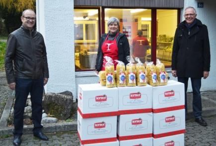 Rotary-Präsident Peter Vollenweider (links) und Rotarier Stefan Flury bei der Übergabe der gespendeten Teigwaren an Aurelia Auf der Maur-Tresch von «Tischlein deck dich» in Altdorf.